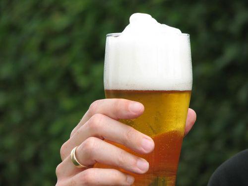hefeweizen beer hand