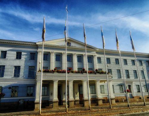 helsinki,finland,miesto rotušė,pastatas,vyriausybė,dangus,debesys,gėlės,architektūra,orientyras,istorinis,lauke,vėliavos,hdr