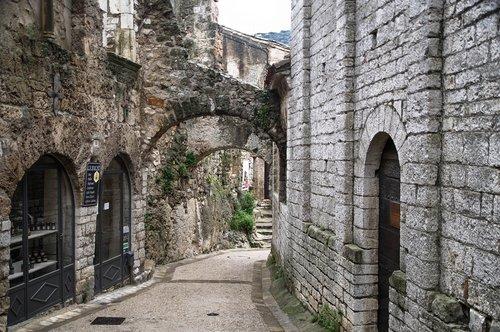 herald  saint-guilhem-le-desert  village