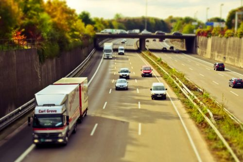 greitkelis,automatinis,eismas,kelias,vairuoti,transporto priemonės,greitis,vairuoti automobilį,judėjimas,juostos,kelių tinklas,pkw,transportas,asfaltas,kelių ženklinimas,automobiliai,mobilumas,kelių transportas,greitai,greitkelis,kelionė,vakaras,abendstimmung,nuotaika,vakarinis dangus,Grünstreifen,apsauginis geležinkelis,tiltas,greitkelis,betonas,kelio,betono siena,atstumas,riba,demarkacija,važiuojamosios kelio dalies,pakreipiamas poslinkis,miniatiūrinis efektas,sunkvežimis