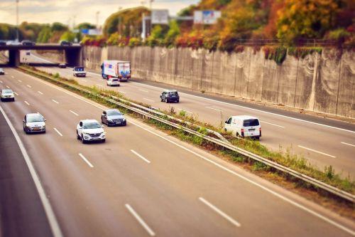 greitkelis,automatinis,eismas,kelias,vairuoti,transporto priemonės,greitis,vairuoti automobilį,judėjimas,juostos,kelių tinklas,pkw,transportas,asfaltas,kelių ženklinimas,automobiliai,mobilumas,kelių transportas,greitai,greitkelis,kelionė,vakaras,abendstimmung,nuotaika,vakarinis dangus,Grünstreifen,apsauginis geležinkelis,tiltas,greitkelis,betonas,kelio,betono siena,atstumas,riba,demarkacija,važiuojamosios kelio dalies,pakreipiamas poslinkis,miniatiūrinis efektas,ženklas