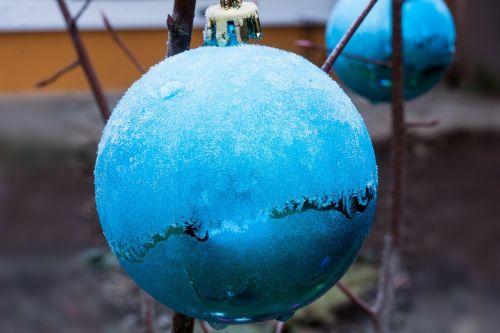 hoarfrost christbaumkugeln winter
