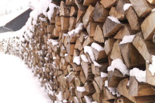 holzstapel winter firewood