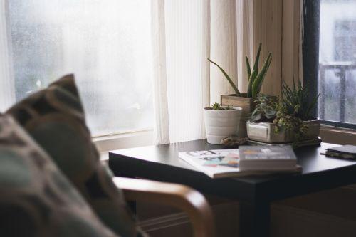 namai,namas,interjeras,dizainas,gyvenimas,miegamasis,pusė,stalas,keramika,puodai,puodai,augalai,kaktusas,Aloe