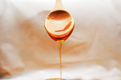 honey flowing spoon