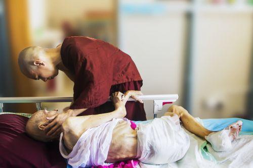 ligoninė,vienuolis ir pacientas,teravada budizmo,rūpintis,konsolė,senas,pacientas,paguoda,senyvo amžiaus,senėjimas,serga,kančios,senatvės priežiūra,amžius,nesveikas,nesveika,liga,vienuolis pasitenkinimas,vienuolis palaiminti pacientą,agonija,skauda