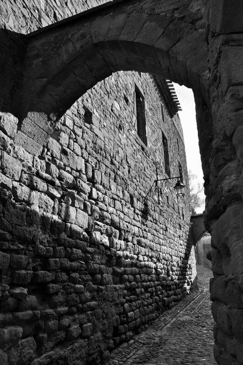 namas,kaimas,Provence,france,seni namai,paveldas,senas kaimas,prancūzų kaimas,akmenys,būstas,senas namas,turizmo miestas,architektūra,fasadas,carcassonne,senoji gatvė,juostos,praėjimas,tiltas,akmens arka,juoda ir balta,siena,senas akmuo,kontrastas,šviesa,arka,šviesa ir šešėliai,senas pastatas
