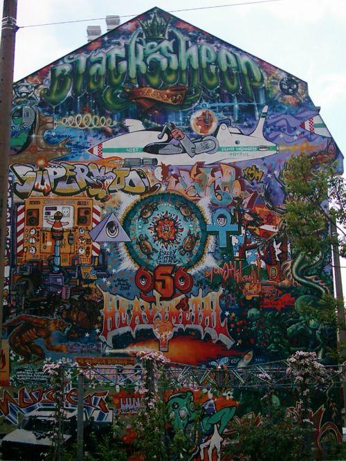 house facade residence graffiti