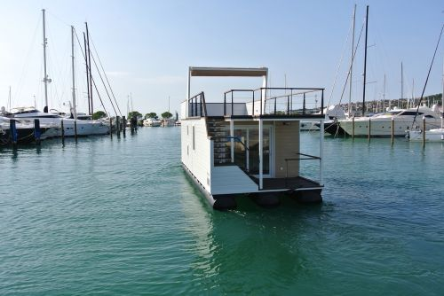 houseboat home water