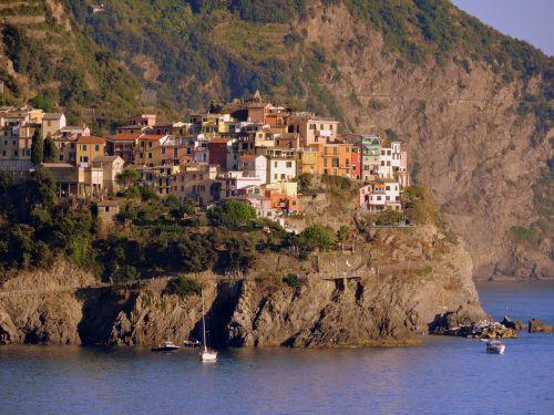 houses mountain sea