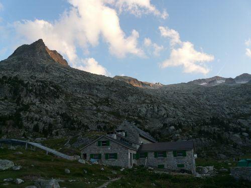 hut mountain hut refugio de la renclusa
