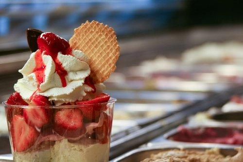 ice cream sundae  strawberry  waffle