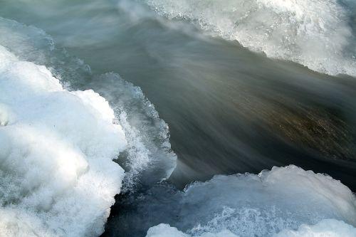 ledas ant slenksčio,užšalusi upė,žiema,ledas,vanduo,sušaldyta,plekšnė,šaltas,ledas