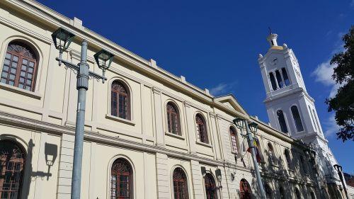 iglesia cielo azul