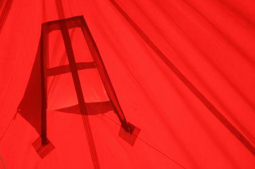 palapinė, raudona, siūlės, raukšlės, šviesa, raudonos palapinės viduje