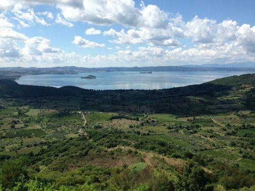 italy,ežeras,lago di bolsena,montefiaskonas,vaizdas,debesys,neveikiantis vulkanas,kraštovaizdis,panorama,vasara,nepastebėti,vaizdingas