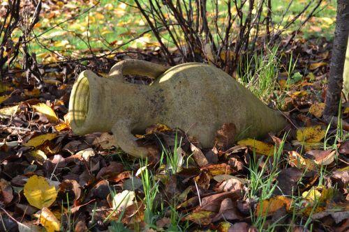 ąsotis,ąsotis,akmeninis ąsotis,cilindras,sodas,apdaila,ruduo,lapai nudžiūvo,naršyti kilimėlį