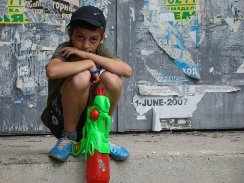 kid play watergun