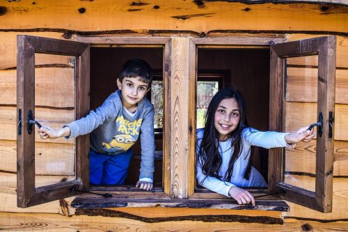 vaikai,langas,vaikai,žaisti,vaikystę,šypsena,džiaugsmas,linksma,šypsosi,laimė,vaikai žaidžia