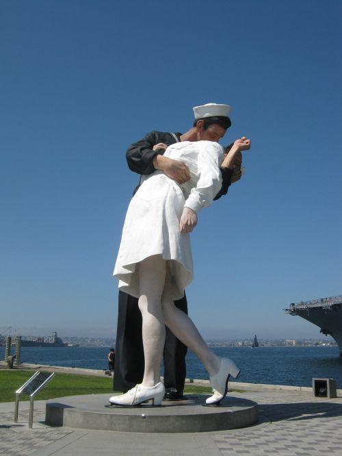 kiss kissing statue cali