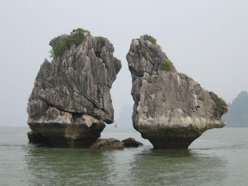 kissing rocks halong bay vietnam