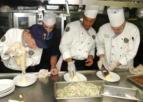 virtuvė,kulinarijos,virėjai,padėjėjai,rengia,maistas,pristatymas,surinkimo linija