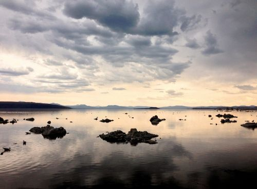 ežeras,atspindys,mono ežeras,debesys,gamta,peizažas,vaizdingas,ramus,kalninis ežeras,saulėlydis,dykuma,panoraminis,vanduo,ramus,kelionė,dangus,kraštovaizdis