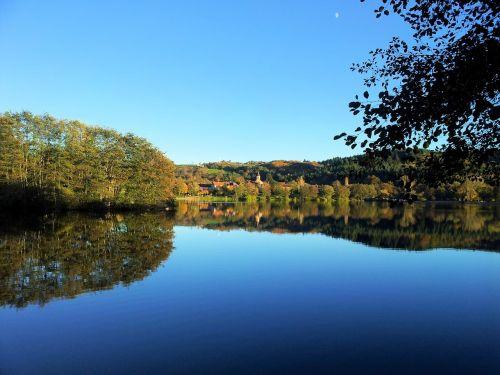 lake saint-eloy-les-mines island