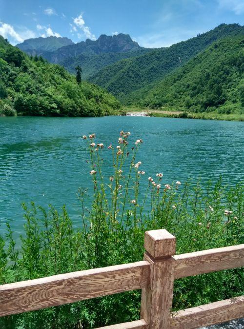 ežeras,kalnas,mėlynas dangus,žalias vanduo