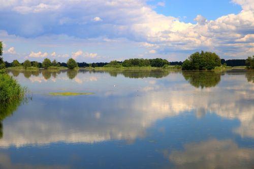 ežeras,tvenkinys,vanduo,medis,miškas,gamta,augmenija,šveitimo priemonės,krūmai,žalias,pavasaris,debesys,dangus,grožis,dangaus spalvos,šviesa,kraštovaizdis