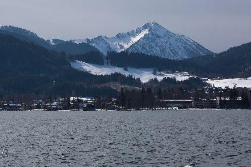 ežeras,kalnas,sniegas,panorama,bankas,viešbučio kompleksas,dangus,vanduo,poilsis,saulė,kraštovaizdis,gamta,žiema,veidrodis