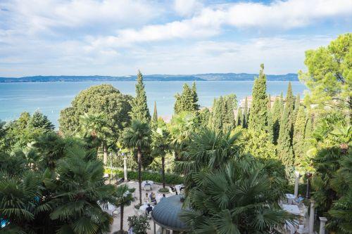 ežero garda,italy,Europa,kelionė,turizmas,vanduo,sirmione,vasara,vaizdas,atostogos,kraštovaizdis,lauke,saulėtas,peizažas,dangus,gamta,saulėtas dangus,grazus krastovaizdis,vila kortinas,saulės šviesa,scena,žalias