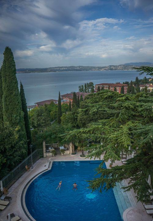 ežero garda,italy,Europa,kelionė,turizmas,vanduo,sirmione,vasara,vaizdas,atostogos,kraštovaizdis,lauke,saulėtas,peizažas,dangus,gamta,saulėtas dangus,grazus krastovaizdis,plaukiojimo baseinas,vila kortinas