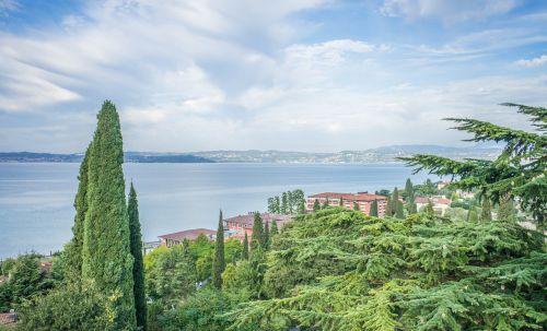 ežero garda,italy,Europa,kelionė,turizmas,vanduo,sirmione,vasara,vaizdas,atostogos,kraštovaizdis,lauke,saulėtas,peizažas,dangus,gamta,saulėtas dangus,grazus krastovaizdis,architektūra