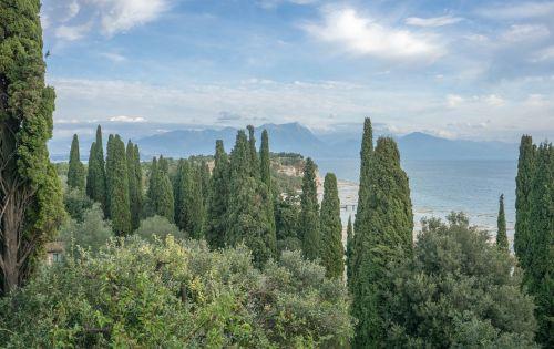 ežero garda,italy,Europa,kelionė,turizmas,vanduo,sirmione,vasara,vaizdas,atostogos,kraštovaizdis,lauke,saulėtas,peizažas,dangus,gamta,saulėtas dangus,grazus krastovaizdis