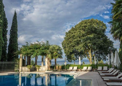 ežero garda,vila,kortinas,plaukiojimo baseinas,italy,Europa,kelionė,dangus,kraštovaizdis,vasara,turizmas,mėlynas,žinomas,turistinis,atostogos,šventė,romantiškas,vaizdas,atostogų kurortas