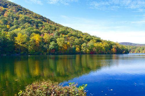 lakeside fall mountains