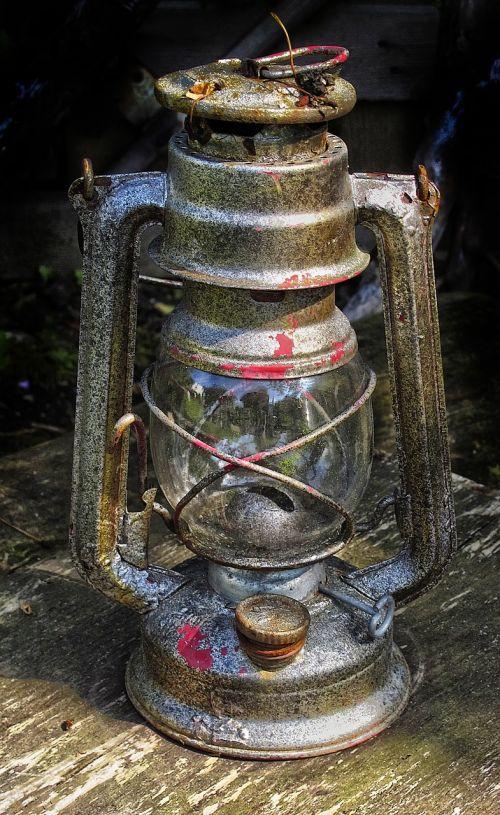 lempa,žibintas,žibalo lempa,šviesa,žibalo žibintas,lauko apšvietimas,saugumas,apšvietimas,derliaus žibintas,metalinis žibintas,gatvės lempa,vintage,lauke,nostalgija,nostalgiškas,patina,ištemptas,dekoratyvinis,metalas,senas,ornamentas,steampunk