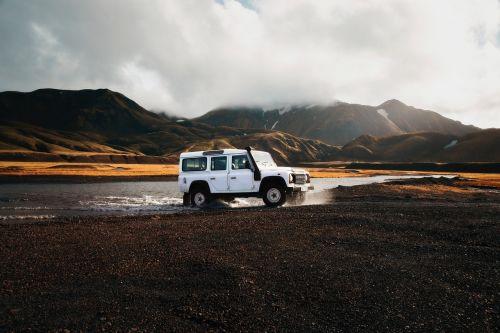 land rover,iceland,keturių ratų pavara,sunkvežimis,automobilis,transporto priemonė,automobilis,kruizas,off-road,upė,kalnai,kalvos,audra,oras,prognozė,vulkaninis,vulkanas