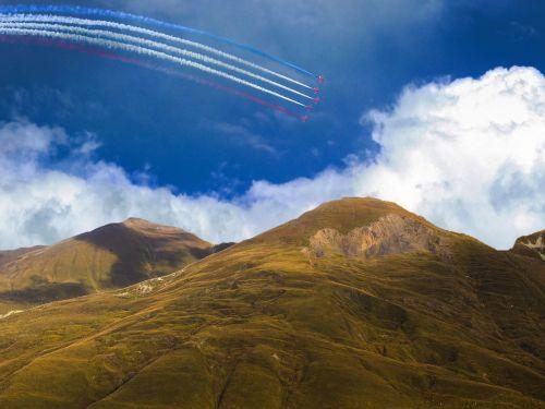 kraštovaizdis,peizažas,purvinas,raudonos rodyklės,skraidantis,lėktuvai,lėktuvas,purkštukai,dūmai,pilotai,gamta,kalnas,natūralus,vaizdingas,gamtos kraštovaizdis,lauke,debesys,dangus,atsipalaiduoti,mėlynas,vasaros kraštovaizdis,žalias,rudens kraštovaizdis,kalvos,gražus,peizažai