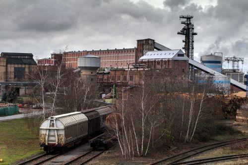 kraštovaizdis,industrija,pramoninis kraštovaizdis,dūmai,dangus,gamykla,geležinkelio bėgiai