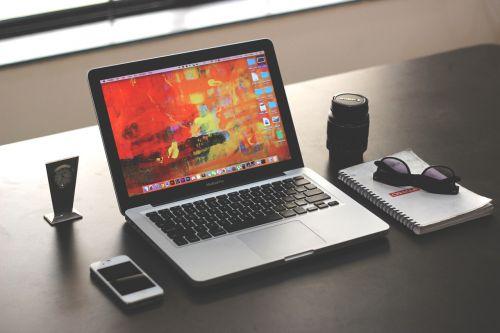 nešiojamas kompiuteris,maketas,verslas,biuras,iphone,MacBook Pro,lęšis,klientų aptarnavimas,tech,darbo stalas,stalas,stalas,verslo stalas,programuotojas,grafikos dizaineris
