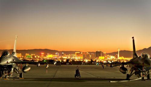 Las Vegasas,Nevada,panorama,miestas,žibintai,vakaras,dusk,pastatai,nellis afb,architektūra,miestai,dangus,debesys,kalnai,lauke