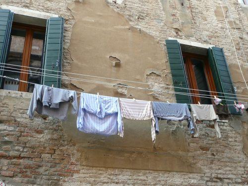 skalbinių linija,skalbiniai,langai,drabužiai,linija,drabužių linija,sausas,pakabinti,plauti,lynai,lauke,kabantis,fasadas,vintage,ištemptas,senas