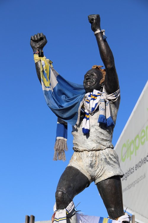 leeds united  billy bremner  statue