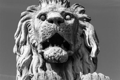 leo statue budapest