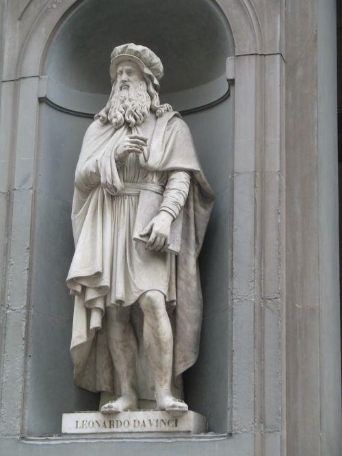 Leonardo Davinci Statue