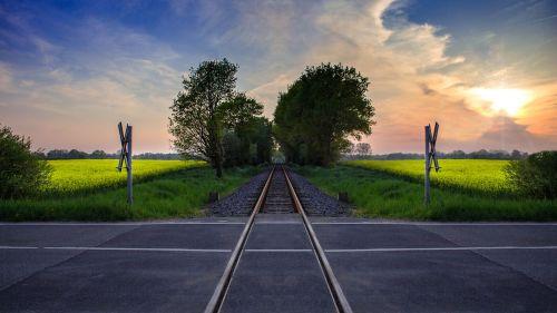 level crossing gleise train