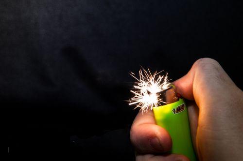 lengvesnis,liepsna,šviesa,Ugnis,ranka,įsižiebti,nykštukė,zippo,deginti,Uždaryti,makro,karštas,uždegimas,nudegimai,geltona,makro nuotrauka,fotografija