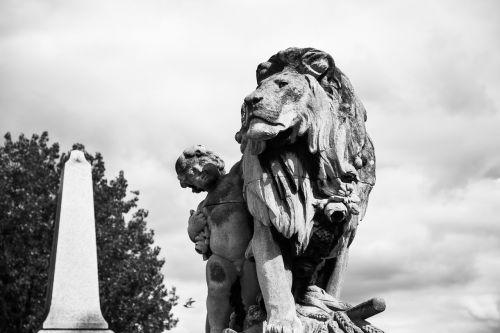 lion statue paris